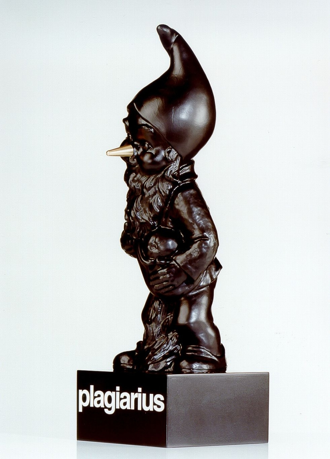 「Plagiarius」比賽的「最佳山寨獎」獎座為有著金鼻子的黑色小矮人.jpg